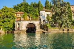 Lago Orta con la isla de San Julio, Italia Fotos de archivo libres de regalías