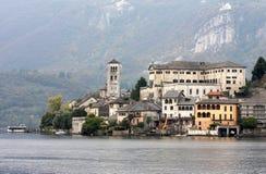 Lago Orta y San Giulio Island, Italia Imagen de archivo libre de regalías