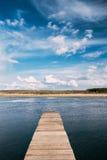 Lago ou rio velho pier On Calm Water Of das placas de madeira na noite Fotografia de Stock Royalty Free