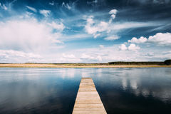 Lago ou rio velho pier On Calm Water Of das placas de madeira na noite Imagens de Stock Royalty Free