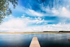 Lago ou rio velho pier On Calm Water Of das placas de madeira na noite Fotografia de Stock