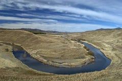 Lago Oxbow en montañas Imagenes de archivo
