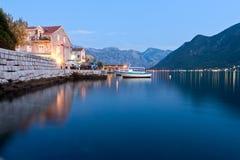 Lago pacífico en Perast, Montenegro Foto de archivo