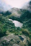 Lago pacifico nelle montagne in foschia Immagine Stock