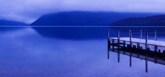 Lago pacifico tranquillo con il molo Immagini Stock