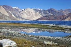 Lago Pangong con le montagne nei precedenti immagini stock