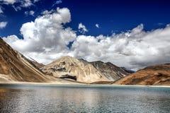 Lago Pangong e montagna-Ladakh blu d'argento, India Fotografie Stock