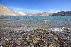 Lago Pangong en Ladakh, estado de Jammu y Cachemira, la India Foto de archivo libre de regalías