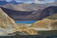 Lago Pangong: entre as cordilheiras seja claro - marrom e escuro na cor, como a pedra preciosa no quadro, você pode ver o aquam Foto de Stock