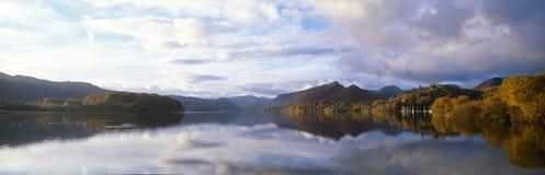 Lago panoramico in autunno Immagini Stock