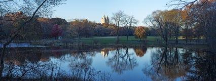 Lago panoramico con le riflessioni, autunno del Central Park, New York Immagini Stock Libere da Diritti