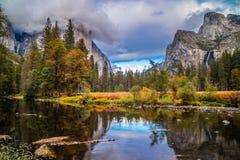 Lago in parco nazionale di Yosemite, California mirror immagini stock libere da diritti