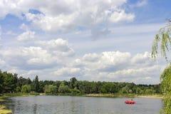 Lago park con el catamarán Foto de archivo