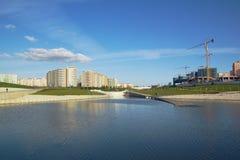 Lago, parque, edificio, emplazamiento de la obra Fotos de archivo libres de regalías