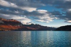 Lago parzialmente nuvoloso annecy Fotografia Stock