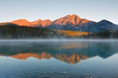 Lago patricia y montaña de la pirámide, Canadá fotografía de archivo