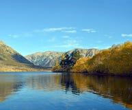 Lago Pearson - os cumes do sul de Nova Zelândia no outono Imagens de Stock