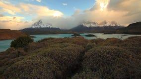Lago Pehoe en el amanecer Torres del Paine, Chile almacen de metraje de vídeo