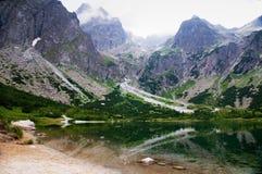 Lago pelas montanhas imagens de stock