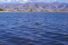 Lago pelo sidehill Imagem de Stock Royalty Free