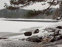 Lago pequeno coberto nas montanhas foto de stock