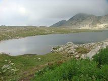 Lago pequeno da montanha alta no parque natural do Pirin em Bulgária Imagem de Stock