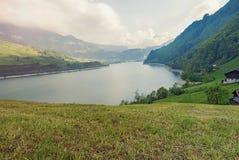Lago pequeno da montanha em cumes suíços Imagens de Stock