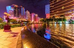 Lago performance tramite l'entrata di Macao Wynn Palace alla notte con illuminazione di via ed architettonica Paesaggio urbano sc Immagini Stock