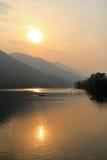 Lago Phewa durante la puesta del sol en la ciudad de Pokhara, Nepal imagen de archivo