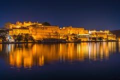 Lago Pichola e palácio da cidade de Udaipur na noite Foto de Stock Royalty Free