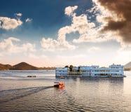 Lago Pichola e Taj Lake Palace in Udaipur. L'India. Fotografia Stock