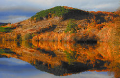 Lago pintoresco en otoño foto de archivo libre de regalías