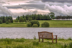 Lago Piperdam y una silla aislada en Escocia Fotografía de archivo libre de regalías