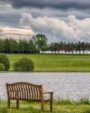 Lago Piperdam y una silla aislada en Escocia antes de que lloviera Imagenes de archivo