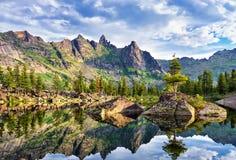 Lago pitoresco nas montanhas Siberian fotografia de stock royalty free