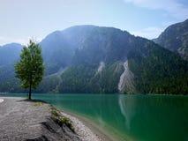 Lago Plansse e montagna delle alpi fotografie stock libere da diritti
