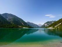 Lago Plansse e montagna delle alpi fotografia stock