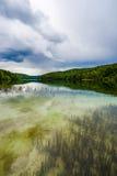 Lago Plitivice com aproximação das nuvens de tempestade Imagens de Stock Royalty Free