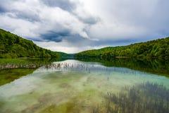 Lago Plitivice com aproximação das nuvens de tempestade Fotos de Stock Royalty Free