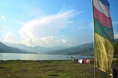 Lago Pokhara con los indicadores del rezo Imagen de archivo