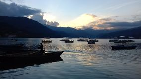 Lago Pokhara Nepal del phewa de la puesta del sol Imagen de archivo libre de regalías