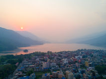 Lago Pokhara Phewa da beira do lago do por do sol da vista aérea Fotos de Stock Royalty Free