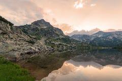 Lago Popovo alla riflessione di Bezbog, della Bulgaria e delle montagne fotografia stock