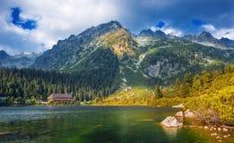 Lago Poprad, destinazione molto popolare nell'alto parco nazionale di Tatras, Slovacchia Immagini Stock
