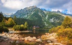 Lago Poprad, destinazione molto popolare nell'alto parco nazionale di Tatras, Slovacchia fotografia stock