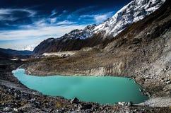 Lago por la montaña Fotos de archivo