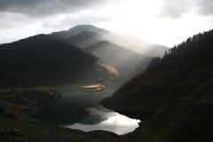 Lago por la presa Fotos de archivo