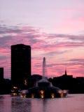 Lago por los edificios Imagen de archivo libre de regalías