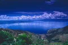 Lago Poso Danau Poso em Sulawesi central, Indonésia fotografia de stock