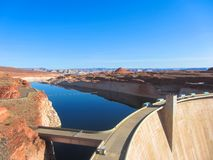 Lago Powell e Glen Canyon Dam nel deserto dell'Arizona, Stati Uniti immagini stock libere da diritti